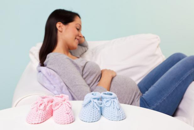 femme enceinte qui attend des jumeaux