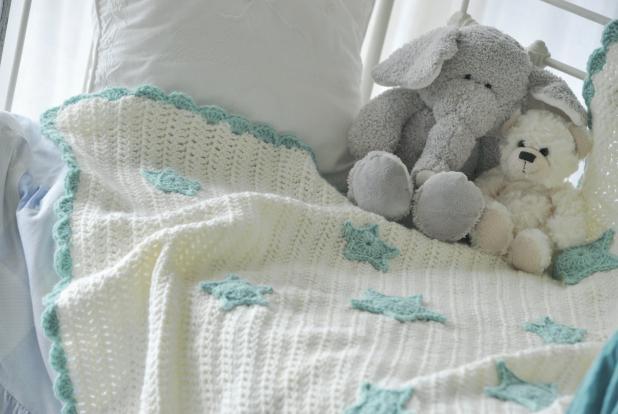 Plaid tricoté à la main avec des motifs étoiles