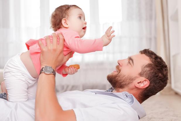 Un père jouant avec sa petite fille