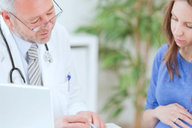 femme enceinte souffrant de toxémie gravidique avec son medeçin