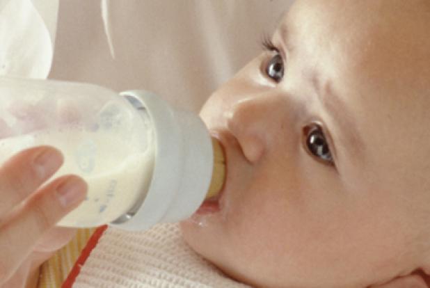 Bébé qui boit son biberon