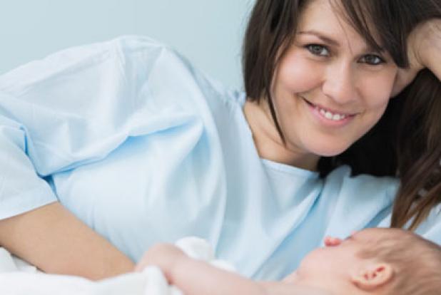 maman et son nourrison juste après l'accouchement