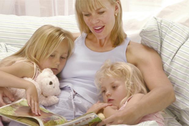 Maman faisant la lecture à ses deux enfants