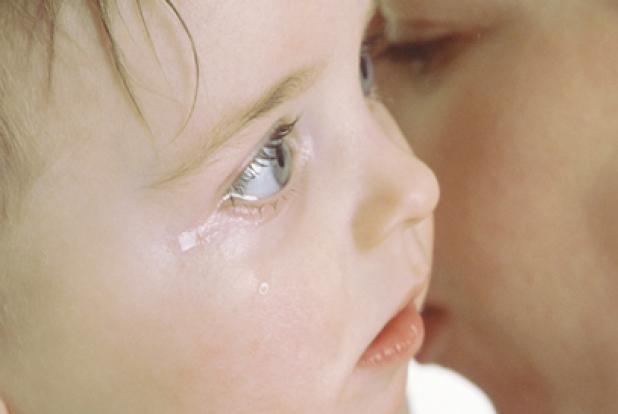 Maman qui console son enfant qui pleure