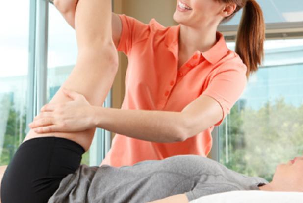 Femme faisant une séance de kinésithérapie