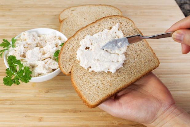 maman prépare des sandwichs au thon pour bébé