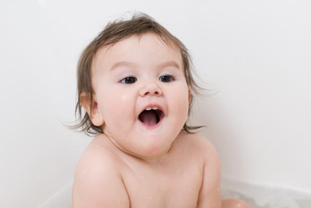 enfant de onze mois dans son bain