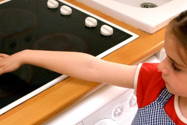 La cuisine - ici une plaque électrique - recèle bien des dangers