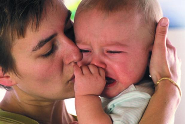 Maman embrassant son enfant en pleurs