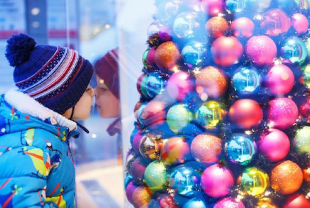 Faire les achats de Noël avec son enfant n'est pas toujours facile et les vitrines sont très attractives...