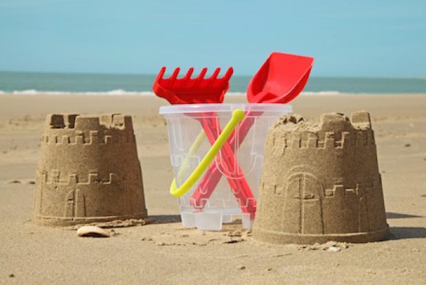 des tours de sable sur la plage avec des jouets pour bébé
