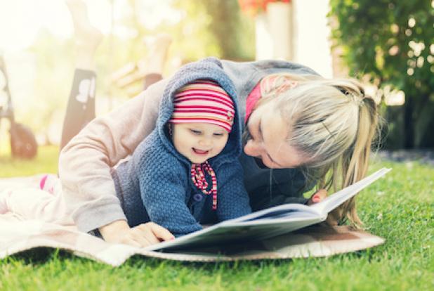 Une maman et son bébé qui lisent Béatrix Potter