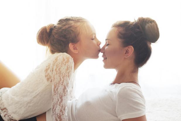 Une maman et sa petite fille partage un moment de tendresse