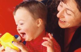 maman qui joue avec son enfant trisomique