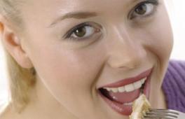 femme souriante qui mange