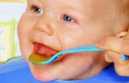 Bébé nourri à la cuillère