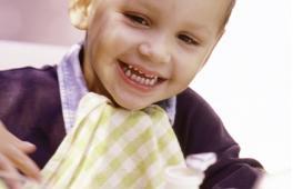 un enfant se prépare à manger son goûter