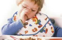 Enfant qui boude devant son assiette