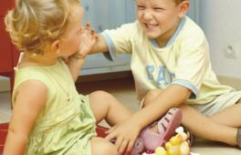 Petit garçon qui s'en prend à sa petite soeur