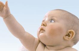 bébé qui tend un bras