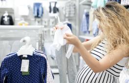 Une femme enceinte fait les boutiques et cherche de nouveaux habits pour bébé