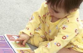 Fillette qui joue avec un livre