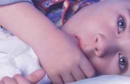 Enfant avec son doudou, qui suce son pouce