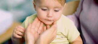 un enfant se fait examiner la gorge pour une angine