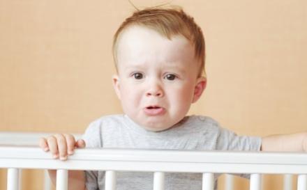 Un enfant fait un caprice dans son berceau