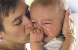 Maman qui console son enfant en pleurs