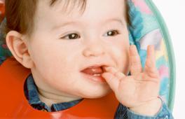 Enfant qui met son doigt dans la bouche