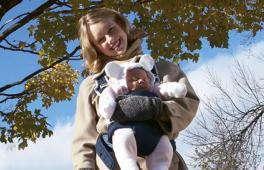 Maman et bébé en porte-bébé