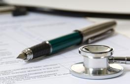 stylo et stéthoscope posés près d'une feuille lors d'une consultation prénatale