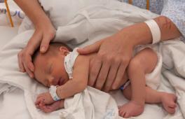 Bébé à la naissance juste après l'accouchement