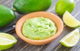 guacamole pour bébé avec de l'avocat et du citron