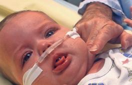 Bébé avec des fils médicaux dans son lit