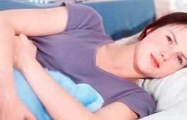 Maman allongée qui semble déprimée