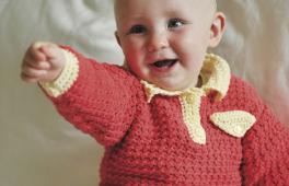 Polo de bébé tricoté à la main