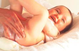 Bébé se fait nettoyer les fesses