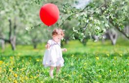 Une petite fille cherche des chocolat dans son jardin à l'occasion d'une grande châsse aux oeufs !