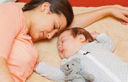 Une maman et son bébé dorme après les fêtes de Noël pour être en forme au réveillon du Nouvel An