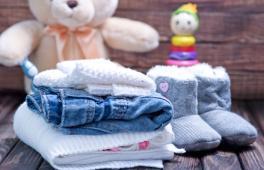 Des vêtements, un doudou, des chaussons pour bébé, des jouets : voici les essentiels d'une liste de naissance.