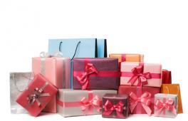 Une pile de cadeaux pour une jeune maman