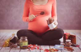 Une maman enceinte mange des friandises de noël : que manger pendant sa grossesse lors des fêtes ?