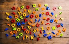Une multitude de lettres pour créer un joli prénom pour bébé : pourquoi pas un prénom ancien ?