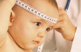 Médecin qui mesure la tête de bébé
