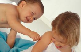 Petit garçon qui pince une petite fille