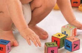 Enfant qui joue avec des cubes