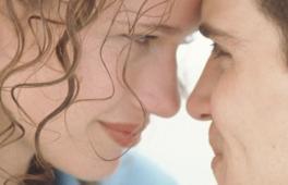 homme et femme qui se regardent en se touchant le front