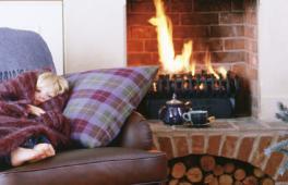 Feu de cheminée dans un salon